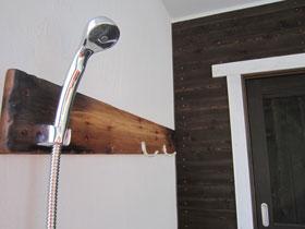 シャワーフックとアンティーク加工な板