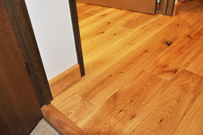 施工後 寝室カーペットと廊下無垢フローリングの見切り